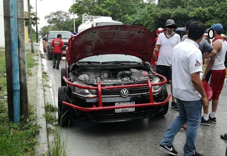 Empleados de Xtrem Tour solicitaron a turistas descender de los autos e indicaron que el recorrido quedaba cancelado. (SIPSE)