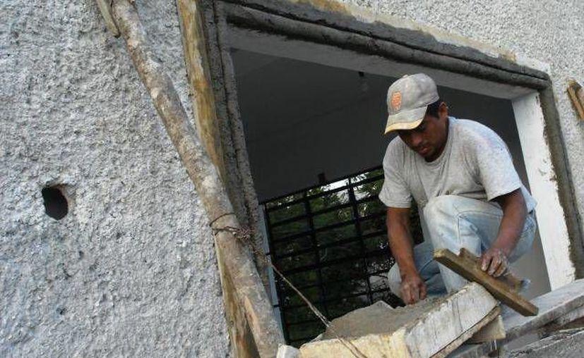 Los hombres laboran las jornadas más largas en México, un 35 por ciento. (Archivo SIPSE)