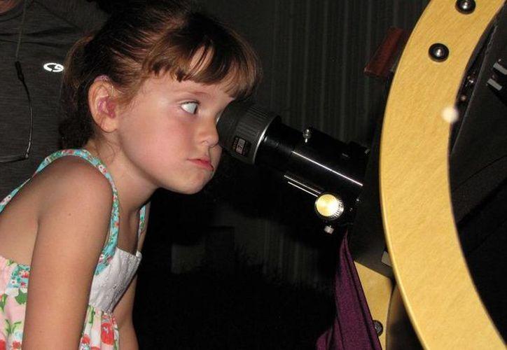 Lizzy fue diagnosticada recientemente con el Síndrome de Usher Tipo II, por lo que sus padres decidieron enseñarle los paisajes más hermosos antes de que pierda la vista. (Agencias)