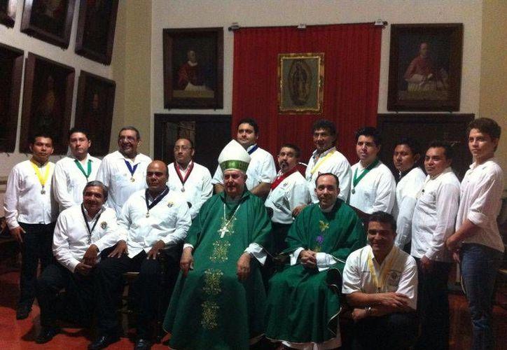 La nueva directiva del Consejo 2109 de Caballeros de Colón se integró el domingo en el Salón Capitular de la Catedral de Mérida. (SIPSE)