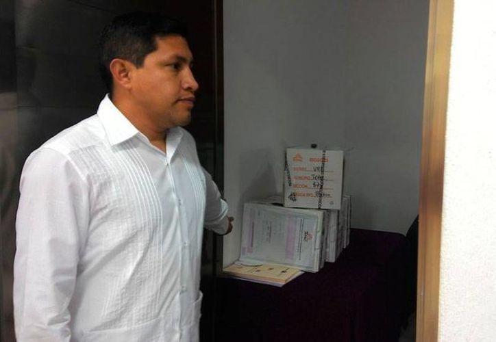 Una comisión de consejeros del Iepac acudió a Umán a 'rescatar' varios paquetes electorales de la elección de Tetiz que, por razones aún desconocidas, se encontraban en una bodega. Los paquetes están bajo custodia del Iepac. (Ana Hernández/SIPSE)
