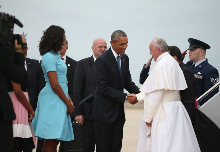 El presidente Barack Obama y la primera dama Michelle Obama recibieron al  Papa Francisco a su llegada a la Base Andrews de la Fuerza Aérea, en Washington, EU. (Foto AP / Andrew Harnik)
