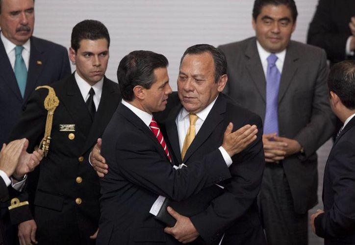 Zambrano abraza al Presidente tras la firma de la iniciativa de reforma en telecomunicaciones. (Agencias)