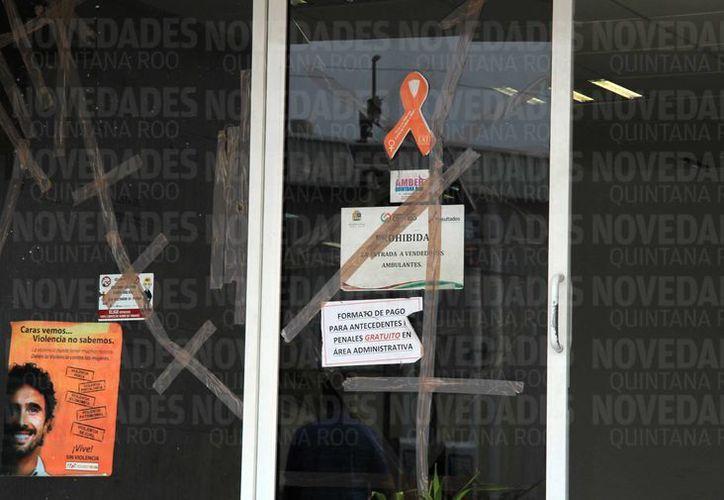 En el edificio aún se pueden observa las marcas del ataque del 17 de enero pasado. (Luis Soto/SIPSE)