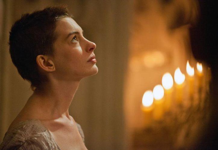 Hathaway tiene a su favor una poderosa escena en la que canta una versión desgarradora de 'I Dreamed a Dream' que le valdrá el Oscar. (Agencias)