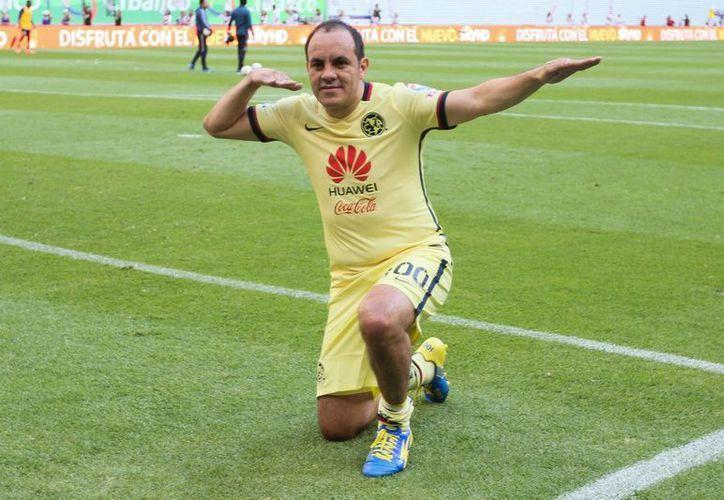 Por última vez Cuauhtémoc Blanco festejó con 'la flecha' y el Estadio Azteca se rindió ante su ídolo, esto en el medio tiempo del partido-homenaje. (Imágenes de Notimex)