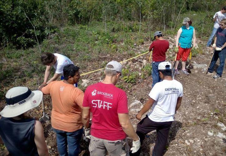 Los grupos de turistas llegan para apoyar a los habitantes de escasos recursos. (Eric Galindo/SIPSE)