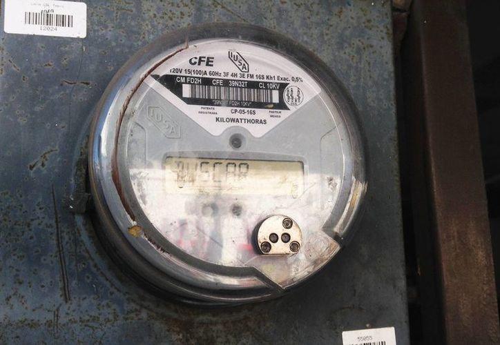 De acuerdo con la CFE, la tarifa doméstica de energía eléctrica se redujo en un dos por ciento respecto a diciembre de 2014. (Archivo/Notimex)