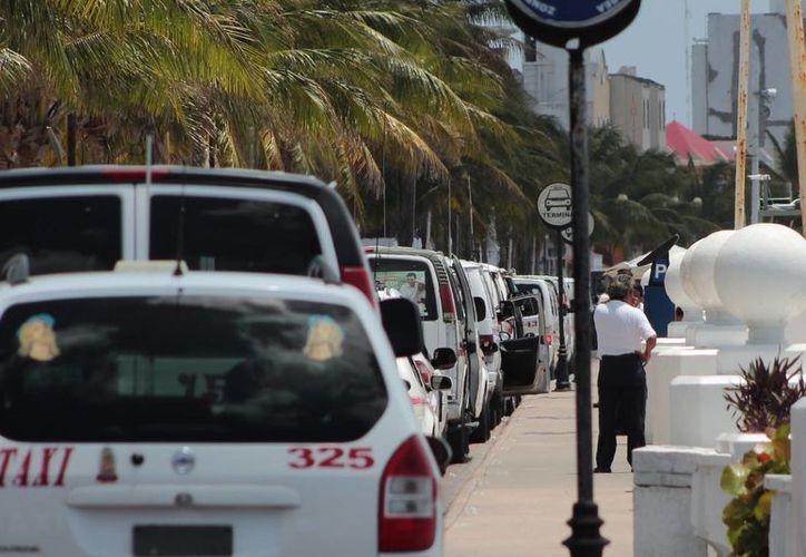 Los bloqueos de taxistas dejan mala imagen al turismo. (Gustavo Villegas/SIPSE)