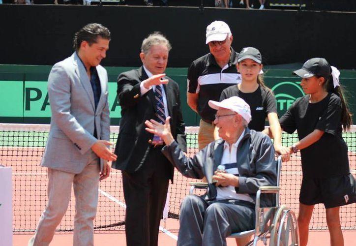 Mario Llamas (en silla de ruedas)  fue galardonado en abril con el Premio al Compromiso Copa Davis, junto con otros deportistas. (dxtweb.com.mx)