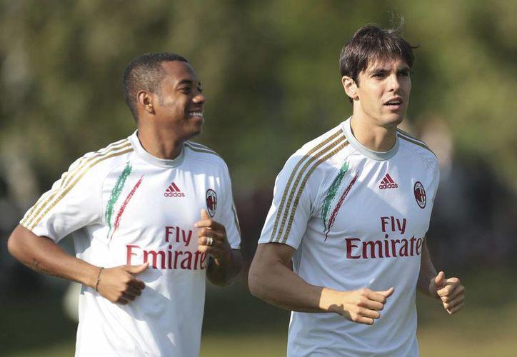 Robinho (i) entrena con Kaká, que recién regresó a Milán después de tres años con el Real Madrid. (Agencias)