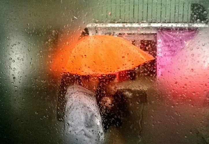 Jalisco, Colima y Michoacán esperan lluvias muy fuertes al encontrarse bajo la influencia de un sistema de baja presión. (Notimex)