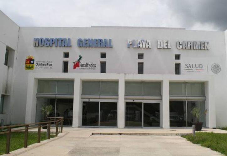 Elementos ministeriales acudieron al Hospital General de Playa para levantar el cadáver y realizar la necropsia de ley. (Redacción/SIPSE)