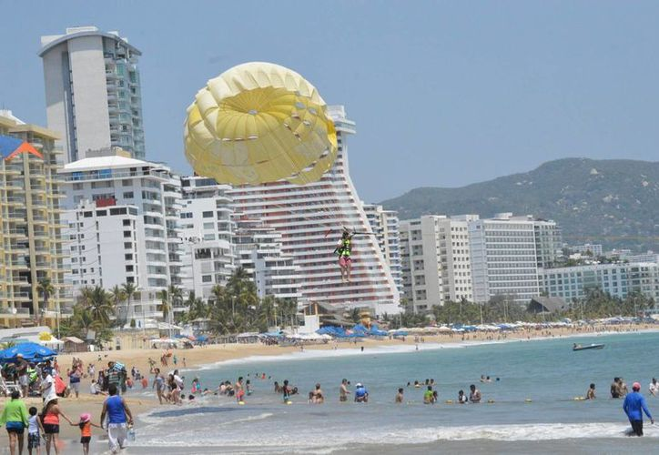 México cuenta con siete mil cuartos en dos mil establecimientos de hospedaje. Imagen de una playa de Acapulco, Guerrero. (Archivo/Notimex)