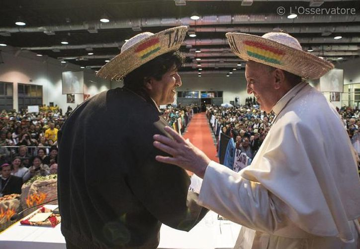 Fotografía facilitada por L'Osservatore Romano, que muestra al Papa Francisco (d) junto al presidente boliviano, Evo Morales (i), con sombreros típicos de la región de Santa Cruz, durante un encuentro con movimientos sociales en Santa Cruz, Bolivia. (EFE/Osservatore Romano)