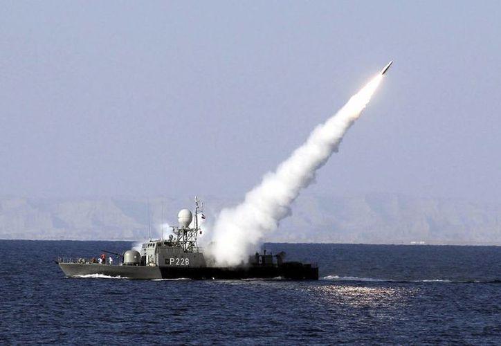 Vista de un misil de alcance intermedio tierra-aire antiradar lanzado desde un buque de la Armada iraní. (Archivo/EFE)