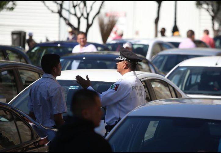 Los conductores de Uber mantienen bloqueados dos carriles de la vialidad, y la circulación se torna lenta. (SIPSE)