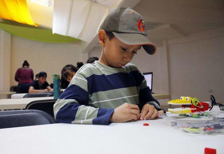 En la primera clase de robótica del fin de semana asistieron siete menores. (Yajahira Valtierra/SIPSE)