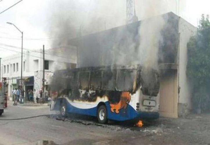 Los delincuentes utilizaron camiones y autobuses para cerrar el paso en diversos cruceros. (@Foro_TV)