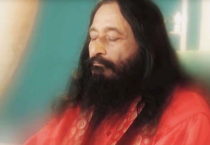El cuerpo del gurú Ashutosh Maharaj se mantiene congelado desde su muerte en 2014; sus seguidores esperan que 'despierte'. (RT)