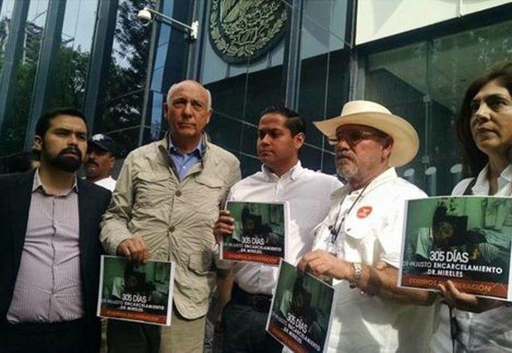 Hipólito Mora y la hermana de José Manuel Mireles, entre otros, pidieron la liberación de más de 300 autodefensas que continúan presos. (Rubén Mosso/Milenio)