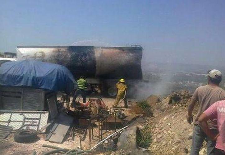 El conductor de la unidad murió calcinado tras volcarse en el libramiento Norte de Tuxtla Gutiérrez. (Milenio)