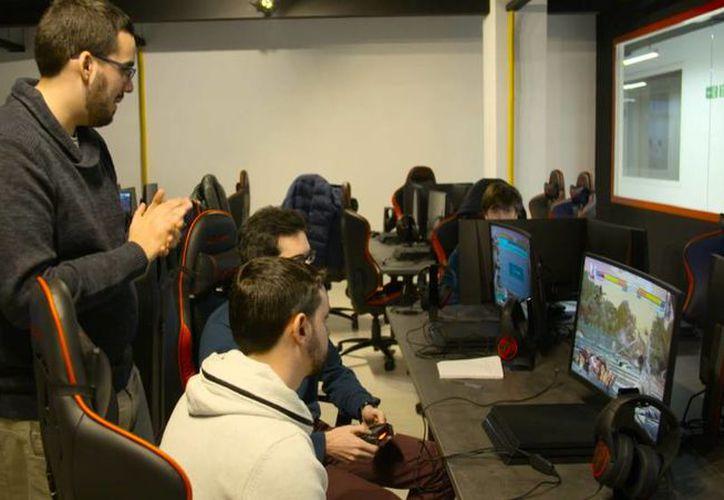 En la escuela se enseñan sobre juegos de PC, Playstation 4, Nintendo Switch, Xbox y dispositivos móviles. (El País)