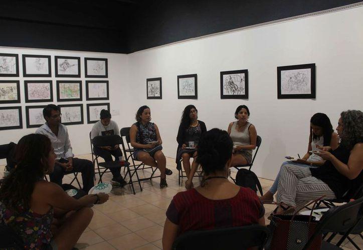 Artistas locales se reunieron en la galería Víctor Fosado para presentar propuestas sobre las exposiciones. (Faride Cetina/SIPSE)