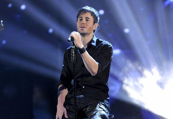 Enrique Iglesias durante un show en noviembre del año pasado. Su nuevo éxito, Bailando, rompió un récord de Billboard. (Foto de archivo de AP)