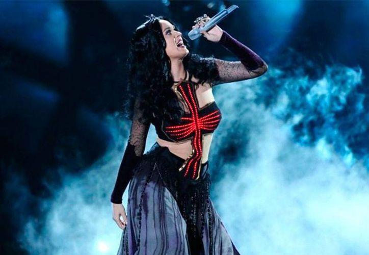 Desde que actuó en la ceremonia de los premios Grammy, a Katy Perry se le ha relacionado constantemente con los <i>illuminati</i>, pero ella asegura que ni los conoce. La foto corresponde a su actuación en el evento. (Archivo/excelsior.com.mx)