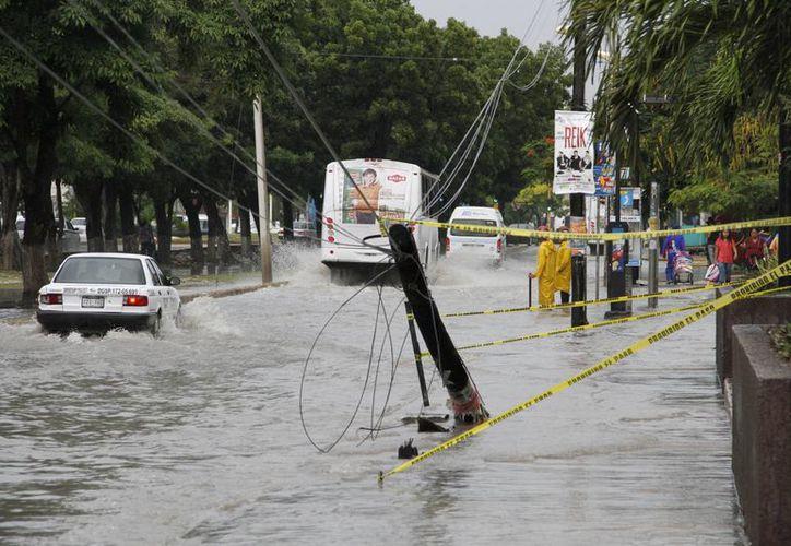 Uno de los puntos críticos fue en el carril lateral de la avenida Tulum, frente a Plaza Galerías. (Tomás Álvarez/SIPSE)