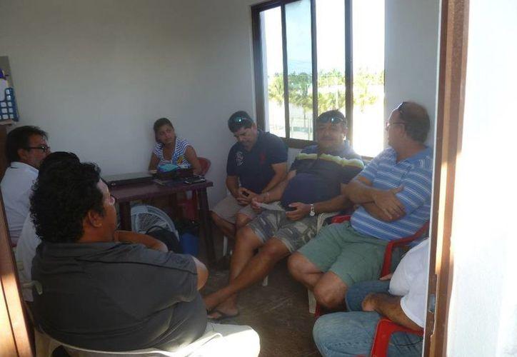 Los dirigentes de carritos de golf y transfer de la isla realizaron una reunión de trabajo. (Raúl Balam/SIPSE)