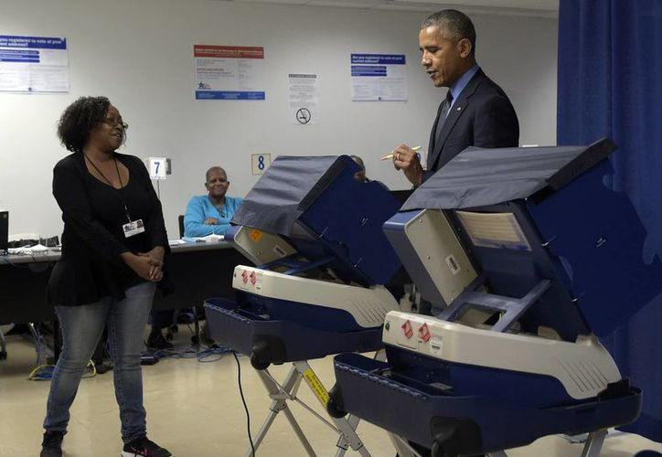El presidente Obama votó el viernes de manera anticipada durante una visita a Chicago. (AP Photo/Susan Walsh)