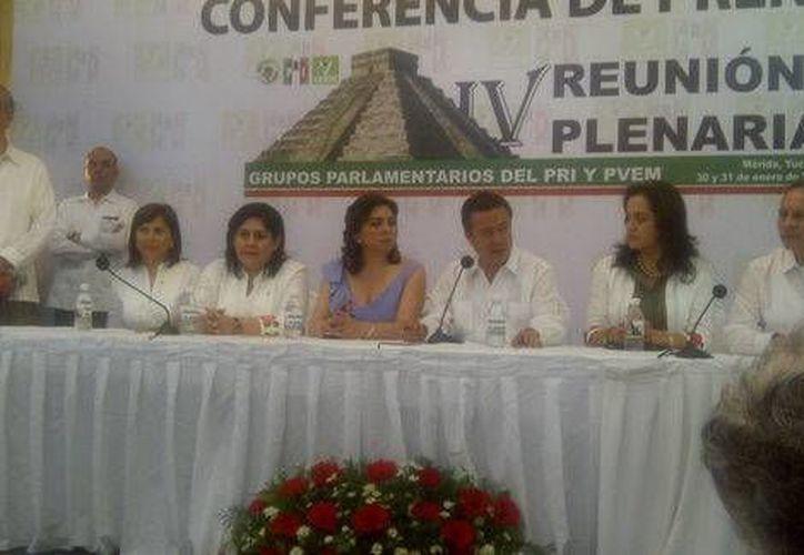 Entre los asistentes a la reunión plenaria estuvo la exgobernadora de Yucatán, Ivonne Ortega (c). (Milenio)