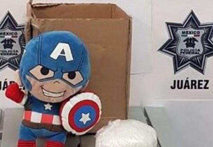 Elementos federales hallaron el muñeco de peluche que ocultaba entre su relleno un paquete de crystal. (Foto: Internet)