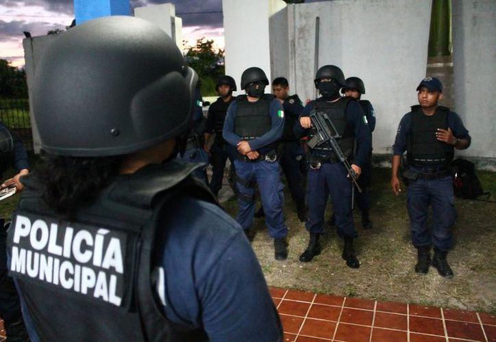 Esta semana, ante los festejos del Festival de Cultura del Caribe y el desfile conmemorativo de la Revolución Mexicana, los policías municipales estuvieron bien movidos y hasta les suspendieron sus descandos. (Juan Carlos Gómez/SIPSE)