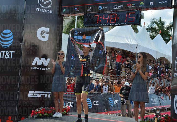 Sebastian Kienle, primer lugar general del triatlón Cozumel 2017. (Gustavo Villegas/SIPSE)