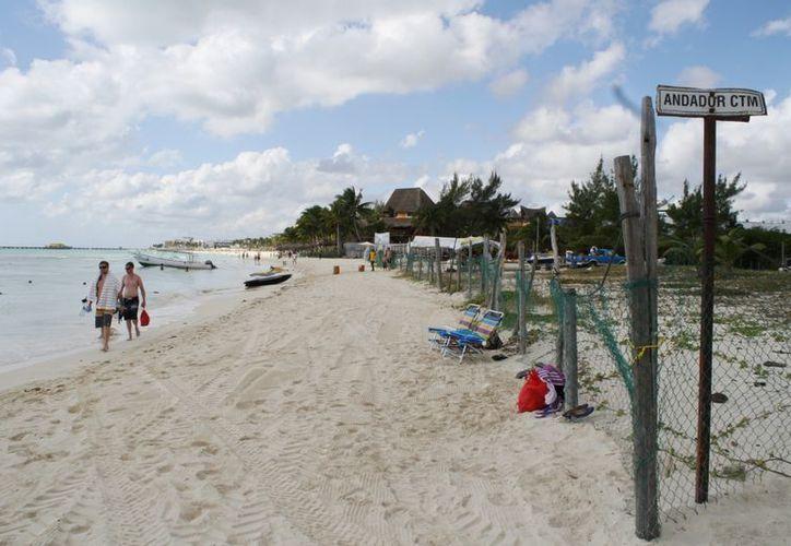 Desde hace varios meses el lote delimitado por una cerca era utilizado para estacionar los autos de quienes asistían a la playa. (Yenny Gaona/SIPSE)