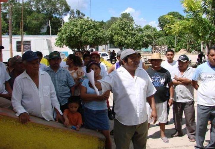 Los campesinos reunidos en un domicilio de la comunidad de Mixtequilla. (Manuel Salazar/SIPSE)