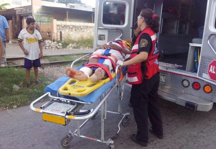Uno de los pasajeros de la moto es auxiliado por paramédicos. (Milenio Novedades)