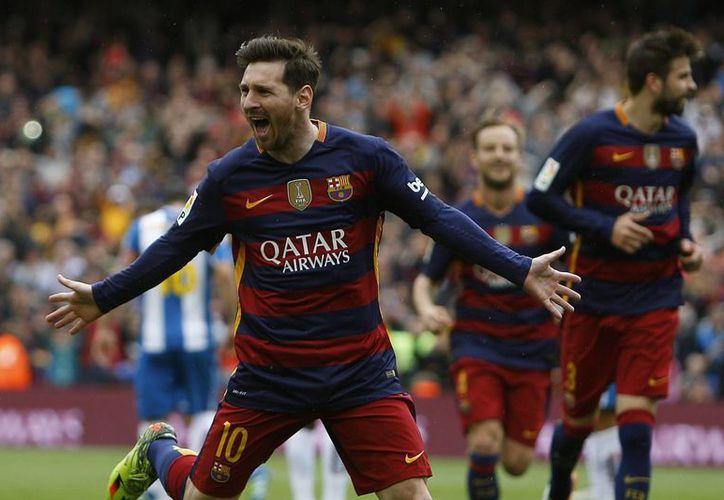 Con un golazo de Lionel Messi y dos tantos de Luis Suárez,  Barcelona goleó a Espanyol. El cuadro blaugrana le lleva un punto de ventaja a Real Madrid, en la lucha por el título que se definirá en la última jornada, el próximo fin de semana.