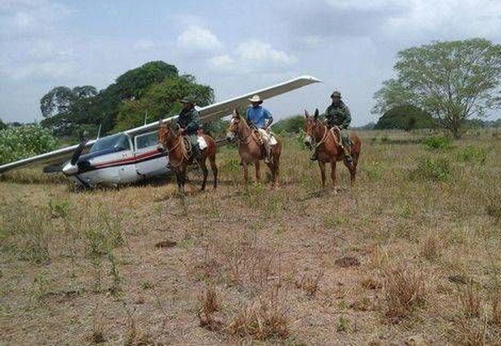 Los ocupantes de la aeronave mexicana cargarían droga en la localidad La Venturosa, en Colombia. (Twitter.com/@GNBoficial)