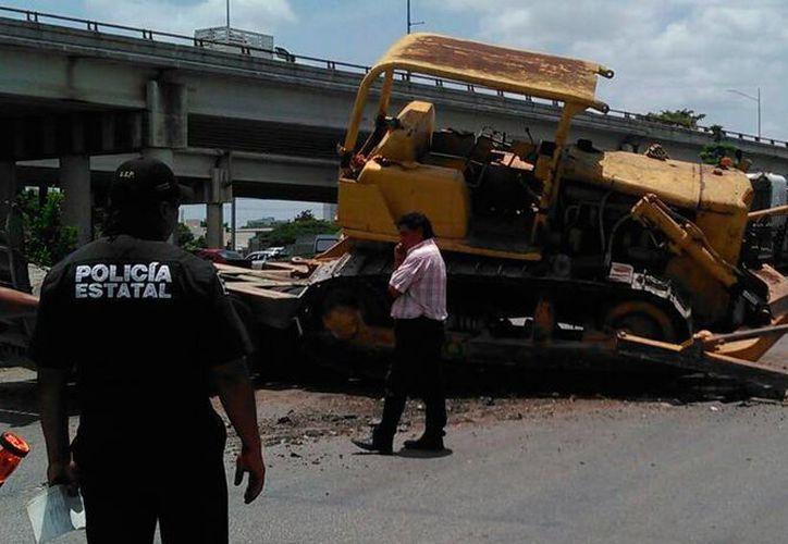 Una maquinaria pesada cayó de un remolque que la transportaba, en el periférico de Mérida. No hubo heridos, solo daños materiales. (Jorge Acosta/SIPSE)