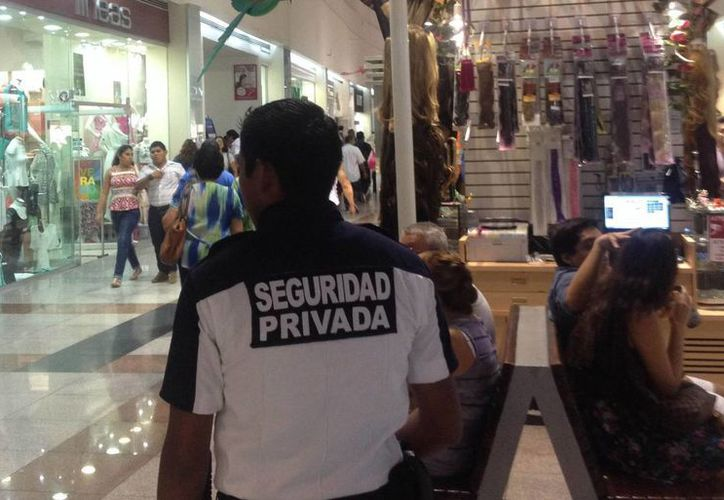 Los centros comerciales cuentan con seguridad privada. (Israel Leal/SIPSE)