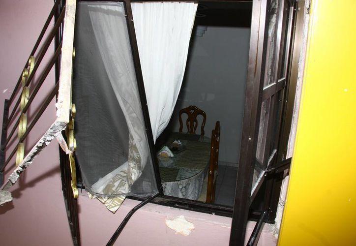 Para entrar, los ladrones zafaron el protector de una de las ventanas. (Jorge Pallota/SIPSE)