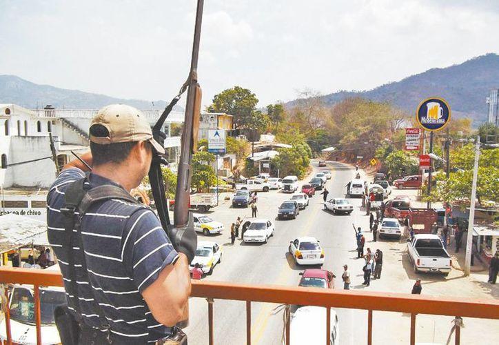 Uno de los retenes que instalaron los autodefensas para dar con los supuestos delincuentes. (Milenio)