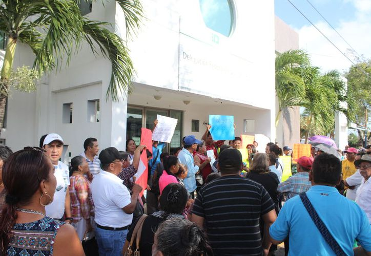 Cerca de 100 integrantes del Ejido Calderitas, acudieron a las oficinas de la Delegación de la Procuraduría Agraria. (Joel Zamora/SIPSE)