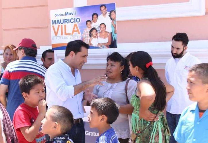 El diputado Mauricio Vila Dosal tiene nuevo servicio para la gente: corte de pelo gratuito. (Cortesía)