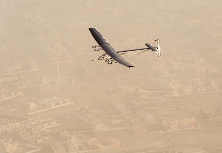 Imagen del Solar Impulse 2 tras partir del aeropuerto Al Bateen de Abu Dhabi, Emiratos Arabes Unidos. (Agencias)