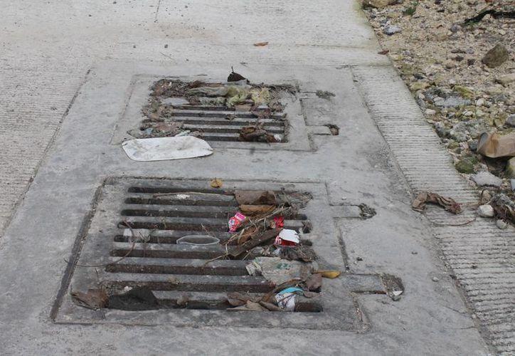 Invitan a la ciudadanía a que contribuya con la limpieza de las alcantarillas, retirando los desechos acumulados. (Hugo Zúñiga/SIPSE)